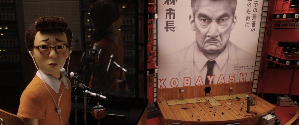 isle-of-dogs-2018-008-radio-announcer-over-mayor-kobayashi-stage-clean-up